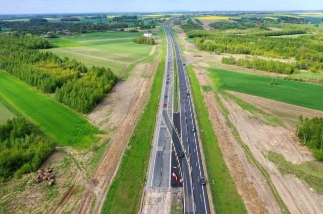 Tak obecnie wygląda plac budowy autostrady A1 od Częstochowy do granicy z województwem łódzkim. Na zdjęciach z drona widać w kilku miejscach przewężenia i zamkniętą jedna nitkę trasy DK1, czyli popularnej gierkówki
