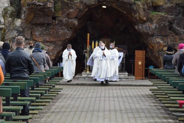 Wielkanoc 2021 w Wieluniu. Poniedziałek Wielkanocny w Klasztorze Ojców Franciszkanów