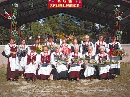 Panie z KGW Żelislawice podczas swojego jubileuszu zostały obsypane kwiatami.