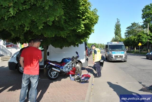 Do wypadku doszło w piątek 23 maja br. około godziny 17.00 w Bartoszycach na ulicy Poniatowskiego. Pracujący na miejscu funkcjonariusze wstępnie ustalili, że 24-letnia mieszkanka miasta kierująca samochodem osobowym chciała skręcić na znajdujący się po jej lewej stronie parking.