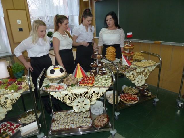 W Zespole Szkół Zawodowych Nr 2 w Białymstoku przy ulicy Świętojańskiej 1, miała miejsce uroczystość, podczas której uczniowie prezentowali swoje umiejętności zawodowe, mówili o sukcesach i efektach kształcenia za granicą.