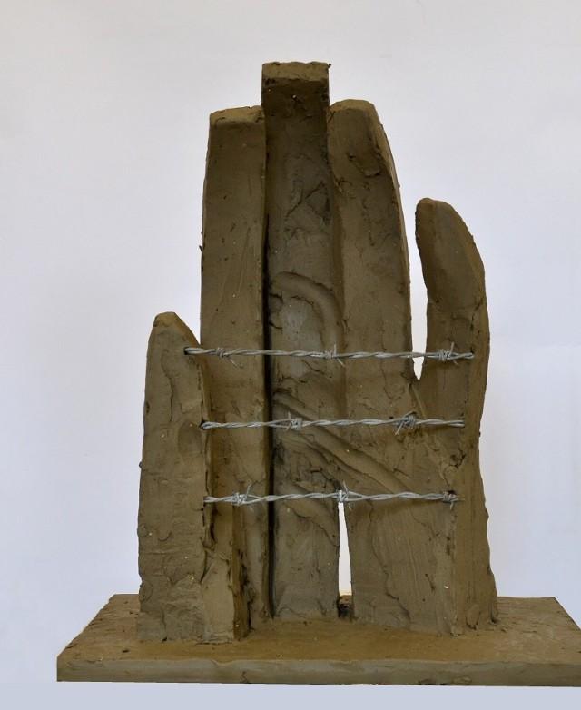 """Już jutro odbędzie się oficjalne odsłonięcie rzeźby """"Dłoń"""", tyskiego twórcy. Pomnik ma upamiętnić filię niemieckiego obozu koncentracyjnego KL Auschwitz – Birkenau."""