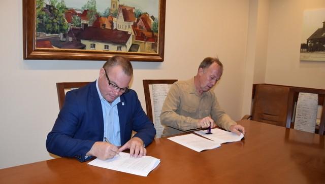 Moment podpisania umowy na przebudowę ulicy Jana Pawła II w Sulmierzycach