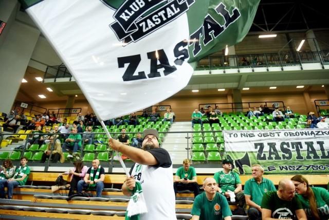 Koszykarze Stelmetu Enei BC Zielona Góra sięgnęli po szóste z rzędu zwycięstwo w Energa Basket Lidze. Pokonali (95:79) we własnej hali zespół MKS-u Dąbrowa Górnicza. Zielonogórscy kibice, jak zawsze świetnie wspierali drużynę, która pozostała jedyną niepokonaną ekipą w ekstraklasie.  Obejrzyjcie w naszej GALERII zdjęcia z trybun zielonogórskiej hali CRS >>>>