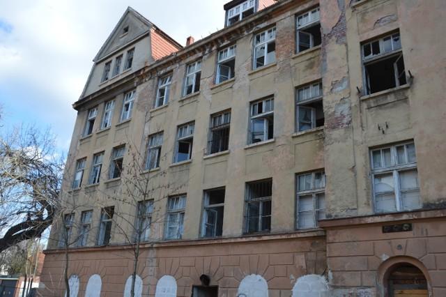 Tak dzisiaj wygląda dawne kasyno wojskowe przy ul. Traugutta w Żaganiu i wiele budynków na terenie koszar. To budynek kasyna i internatu.