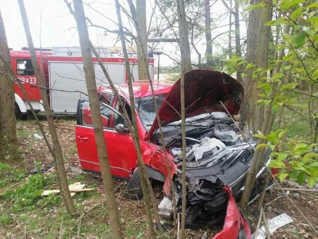 Do groźnie wyglądającego wypadku doszło w piątek na drodze wojewódzkiej Nowy Tomyśl - Poznań. Pomiędzy Paprocią, a Bukowcem z drogi wypadł Volkswagen Passat. Auto wpadło do lasu i uderzyło w drzewa.  Rozbił się na drzewach [ZDJĘCIA]