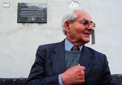 Józef Jancza przy budynku, obok którego znajdował się komunistyczny obóz pracy.