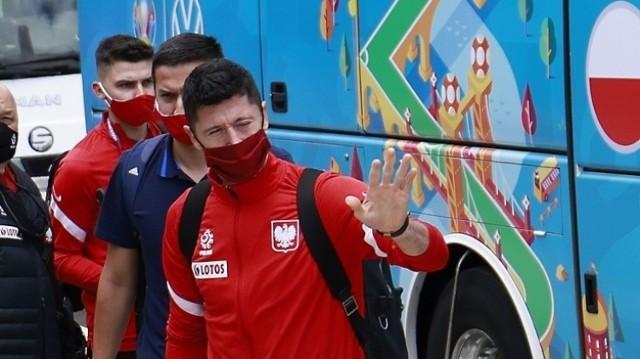 Wczesnym popołudniem w piątek piłkarze pojawili się w Sevilli, gdzie w sobotę zagrają drugi mecz na Euro 2020. Pod hotelem powitała ich przed hotelem. Wszystko zgodnie z reżimem sanitarnym, który bardzo jest pilnowany przez tutejszą policję i służby.  Raport z Hiszpanii - Euro nie widać. W mediach podobnie jak w Polsce   Zobacz zdjęcia z przyjazdu piłkarzy reprezentacji Polski --->