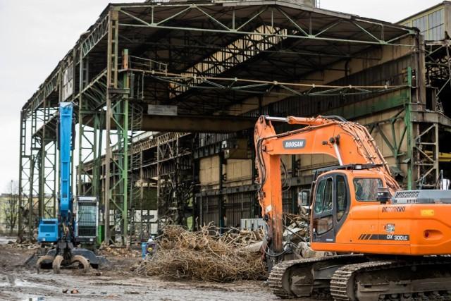 Trwa wyburzanie budynków fabryki Makrum na osiedlu Leśnym w Bydgoszczy. .  Fabryka Makrum w Bydgoszczy została założona w 1868 roku. To miejsce wybrano na budowę, gdyż wówczas były to obrzeża miasta. W 2015 firmę przeniesiono z os. Leśnego do Bydgoskiego Parku Przemysłowo-Technologicznego.  Obecnie trwają ostatnie prace wyburzeniowe budynków fabryki na Leśnym.  Zobacz zdjęcia >>