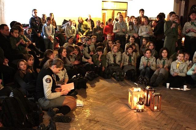 Około 100 osób uczestniczyło w niedzielnym przekazaniu Ognia Betlejemskiego w Zwardoniu. Byli to skauci słowaccy, harcerze z Hufców: Węgierska Górka, Żywiec, Ziemi Cieszyńskiej oraz pracownicy Straży Granicznej.