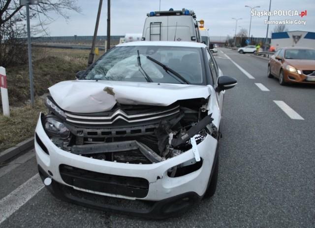 Groźny wypadek w Szałszy. Zderzyły się trzy samochody, a dwie osoby trafiły do szpitala