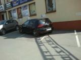 """Oto prawdziwi """"mistrzowie parkowania"""" w Piotrkowie. Nigdy tak tego nie róbcie ZDJĘCIA"""