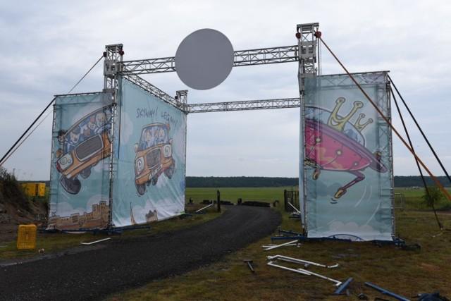 Auto Skyway Festival w Toruniu już od środy. Można jeszcze kupić bilety. Tak prezentują się montowane na lotnisku instalacje, które prawdziwego blasku nabiorą dopiero po zmroku.