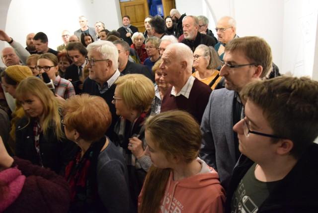 """Otwarcie wystawy """"Barbarzyńskie tsunami"""" w Centrum Rysunku i Grafiki im. Tadeusza Kulisiewicza w Kaliszu"""
