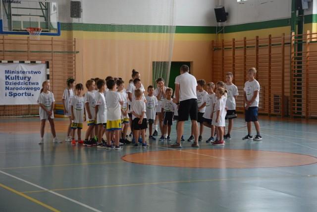 W piątek, 20 sierpnia, sam Marcin Urbaś uczył dzieci w Grójcu podstawowych ćwiczeń gimnastycznych związanych z lekką atletyką.
