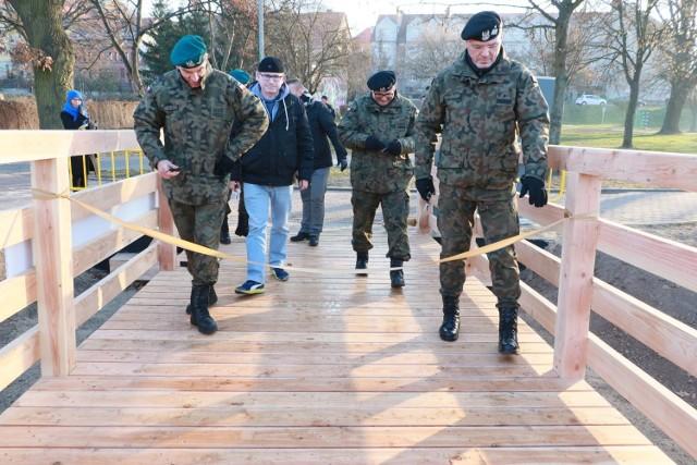Z drewnianego mostku mogą korzystać piesi i rowerzyści. Skróci mieszkańcom drogę z os. Kasztelańskiego do zakładów w parku przemysłowym, a młodzieży do technikum ekonomicznego.