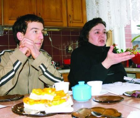 Regina Writz-Rekowska i jej syn Piotr są załamani, bo czeka ich eksmisja. fot. marcin pacyno