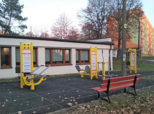 Przy świetlicy na osiedlu Szymanowskiego w Brzeszczach powstała nowa siłownia zewnętrzna. Do dyspozycji miłośników tej formy rekreacji oddano sześć stanowisk do ćwiczeń