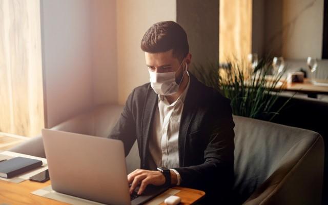 """Jak globalna pandemia koronawirusa zmieni rynek pracy? Eksperci Fundacji Edukacyjnej """"Perspektywy"""" stworzyli listę """"wirusoodpornych"""" kierunków studiów."""