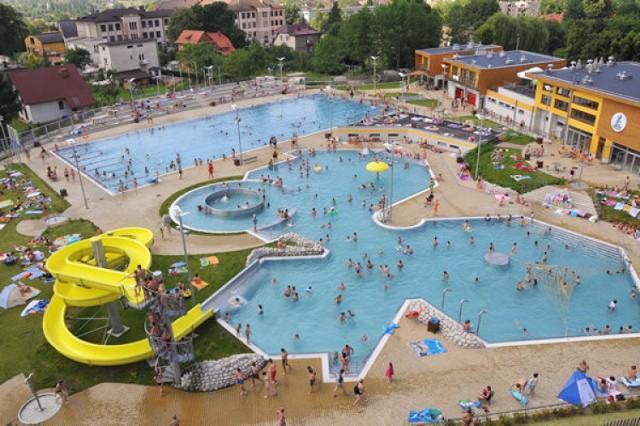 Andrychowski basen ma już za sobą wiele lat działalności a wystarczy popatrzeć np. z góry jak pięknie i kusząco wygląda. Fot. Jarosław Skupień