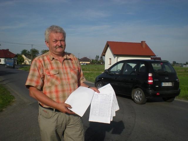 Stanisław Cefal prezentuje petycję, która trafiła już do starosty