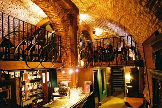 Miejsce 3: Cyrano de Bergerac, ul. Sławkowska 26  W restauracji Cyrano de Bergerac nie zabraknie ekskluzywnych dań mięsnych takich jak Comber z Królika, czy polędwiczki z dzika. Skosztujemy też ryb i owoców morza. Karta jest bogata w eleganckie desery i luksusowe alkohole.