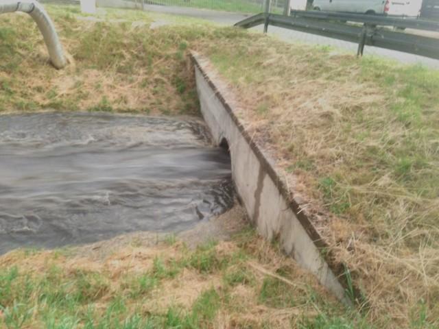 Tak wyglądał przepust pod mostkiem podczas intensywnej ulewy