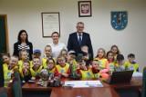 Przedszkolaki z wizytą u starosty pleszewskiego Macieja Wasielewskiego