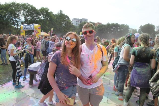 W sobotę na rzeszowskich Bulwarach odbył się festiwal kolorów. Punktem kulminacyjnym imprezy było obsypywanie się przez uczestników kolorowymi proszkami holi.  ZOBACZ TEŻ: Kolorowy początek wakacji. Festiwal Holi przyciągnął spragnionych dobrej zabawy i radości