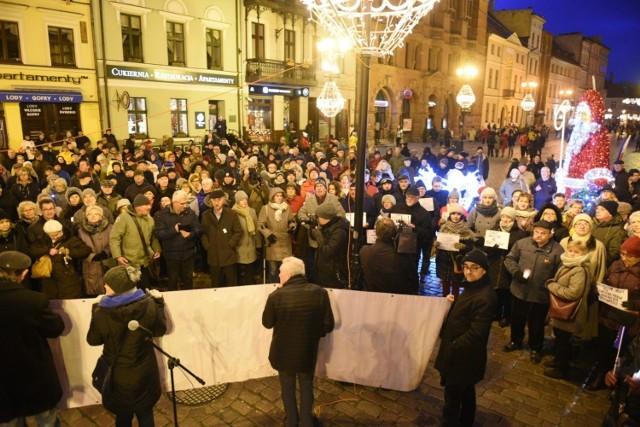 """""""Solidarnie z sędziami"""" - pod takim hasłem w całym kraju odbyły się dziś (1 grudnia) manifestacje organizowane przez SSP Iustitia. W Toruniu solidarność z szykanowanymi ostatnio sędziami zademonstrowano o godz. 16.00 pod pomnikiem Mikołaja Kopernika."""