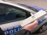 Kolizja w Ostrowcu. Bus uderzył w drzewo. Kierowca pijany i z zakazem