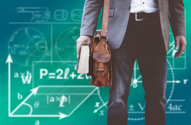 Zarobki nauczycieli z różnych części Europy często odbiegają od przeciętnej płacy w Polsce - wynika z najnowszych danych Komisji Europejskiej. Nauczyciel w Szwecji może zarobić nawet 50 000 euro rocznie. Czy to dużo na tle innych krajów?   Porównaliśmy średnie wynagrodzenia nauczycieli wraz z dodatkami w relacji do PKB na jednego mieszkańca i zarobków pozostałych pracowników z wyższym wykształceniem.   Zobacz, ile w ciągu roku zarobi belfer za granicą.