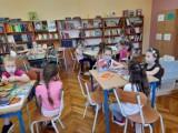 """Pierwsza wizyta uczniów """"Jedynki"""" w bibliotece szkolnej ZDJĘCIA"""