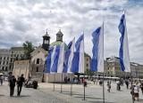 Kraków świętuje rocznicę lokacji. Budynki i pojazdy komunikacji miejskiej udekorowane flagami [ZDJĘCIA]