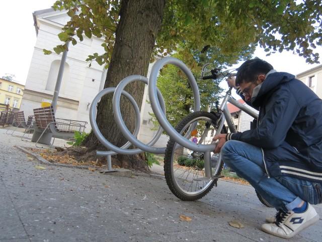 Stojak na rowery przy kościele szkolnym popsuł się