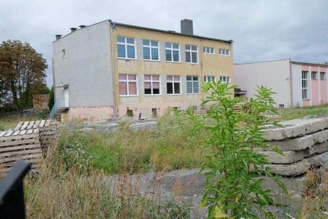 Wciąż nie ma chętnych na kupno budynku dawnej szkoły przy ul. Staszica w Żarach.