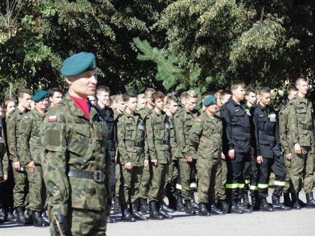 Młodzież z naszego miasta chętnie wstępuje do szkoły mundurowej. Powstaje tylko jedna klasa, więc w szkole wybierają najlepszych.