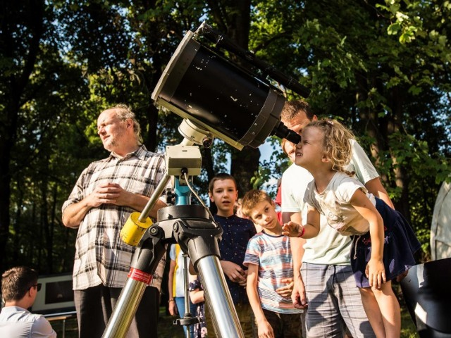 """W nawiązaniu do tegorocznego tematu zostanie pokazany """"Pluton p-brane"""", spektakl o niezwykłym życiu odkrywcy planety Pluton, i równie niezwykłym losie samego Plutona."""