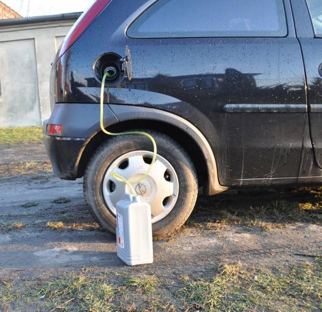 Złodzieje paliwa zatrzymani w Śremie. Lista samochodów z których spuścili paliwo.