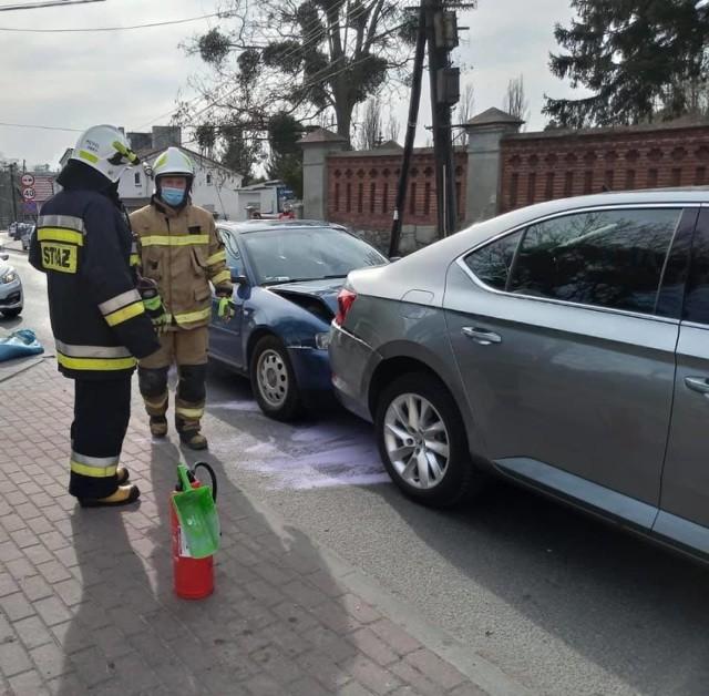 Do dwóch zdarzeń drogowych pędzili strażacy - dachował peugeot w Cepnie i zderzyły się audi A3 i skoda superb w Chełmnie