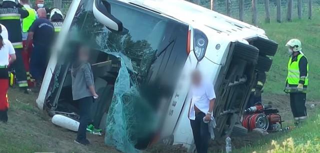 Tragiczny wypadek turystów z Polski na Węgrzech. Jest ofiara śmiertelna i ranni.  Zobacz kolejne zdjęcia. Przesuwaj zdjęcia w prawo - naciśnij strzałkę lub przycisk NASTĘPNE