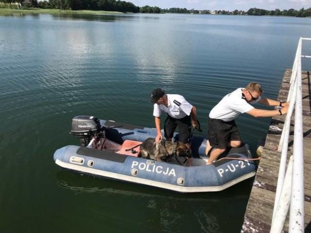 Ekipa poszukiwawcza odnalazła ciała dwóch chłopców, którzy utonęli w jeziorze w Wąsoszu.   Czytaj więcej na kolejnych slajdach --->   FLESZ - letnie upały, jak reagować w razie udaru słonecznego?