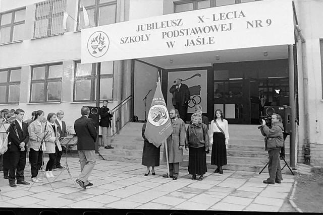 Zobaczcie, jak 23 lata temu w SP nr 9, a dzisiejszym Zespole Szkół Miejskich nr 3, uroczyście świętowano 10-lecie istnienia szkoły oraz nadanie jej imienia Olimpijczyków Polskich w Jaśle.