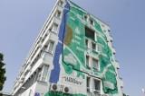 70-lecie przyłączenia Wawra do Warszawy. Z tej okazji budynek urzędu dzielnicy ozdobił mural i neon