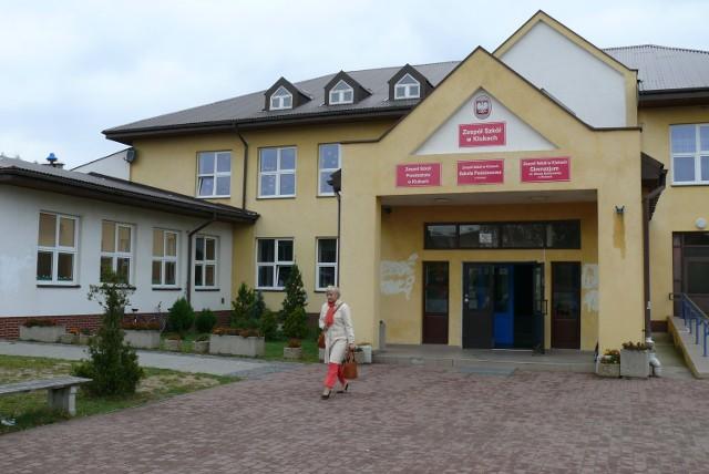 Zespół Szkół w Klukach mieści przedszkole, podstawówkę i gimnazjum. W każdej placówce są problemy