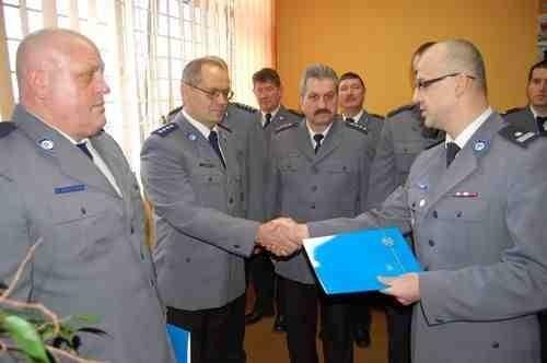 Komendant Sławomir Jądrzak pogratulował awansu Dariuszowi Hameli