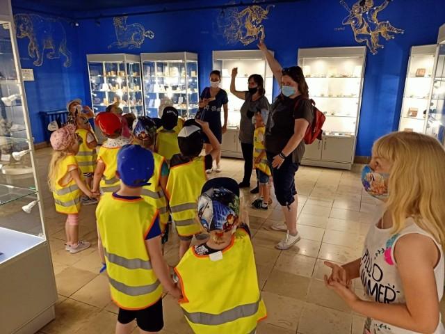 Dzieci z przedszkola Magical World w Jędrzejowie z wizytą w Muzeum imienia Przypkowskich. Były zachwycone kolekcją zegarów.
