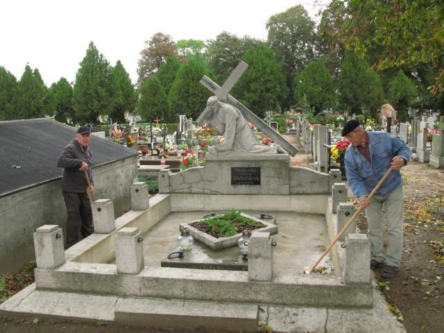 Odnowiony pomnik Antoniego Michalskiego porządkują Józef Winiecki (z lewej) i Bogdan Ciesielski