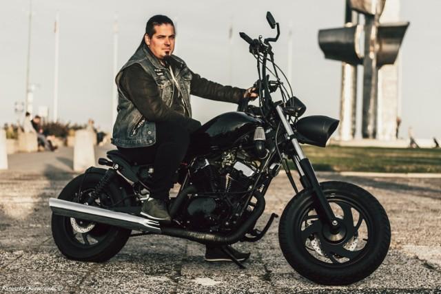 TRÓJMIASTO:  Romet JL250V, 2009 r. Adam Książek, Gdynia  KLIKNIJ I ZAGŁOSUJ!  Marka Romet głównie kojarzy się z rowerami lub motorynkami z PRL. Nie w moim przypadku. Kupiłem, odnowiłem, przebudowałem i stworzyłem coś wyjątkowego na bazie motocykla Romet JL250V (250 ccm). Brzmi niewiarygodnie, ale to prawda. Polski Chińczyk w Custom'owym wydaniu, jeden z 250 sztuk które zostały sprzedane w Polsce. 8 miesięcy ciężkiej pracy, mimo braku czasu, jak najbardziej się opłaciły. Prawie całą robotę wykonałem własnoręcznie, na szczęście mogłem liczyć na pomoc mojego przyjaciela - Michała. Dzięki temu powstało coś ciekawego z dosłownie niczego. Oceńcie sami :)