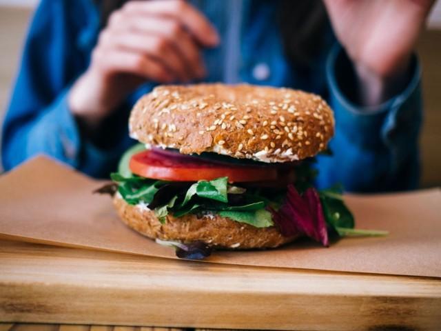 MIEJSCE 13. Lucky Food Burger, Dworska 2a  Gdzie zjeść burgera w Krakowie? Oto 13 miejsc, w których burgery są najsmaczniejsze.